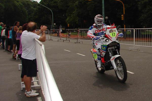 Gerard Farres contento tras finalizar una auténtica etapa del Dakar