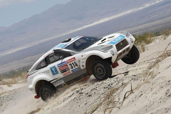 El Mitsubishi se portó a las mil maravillas y tan solo tuvieron que parar para bajr las presiones antes de afrontar las dunas