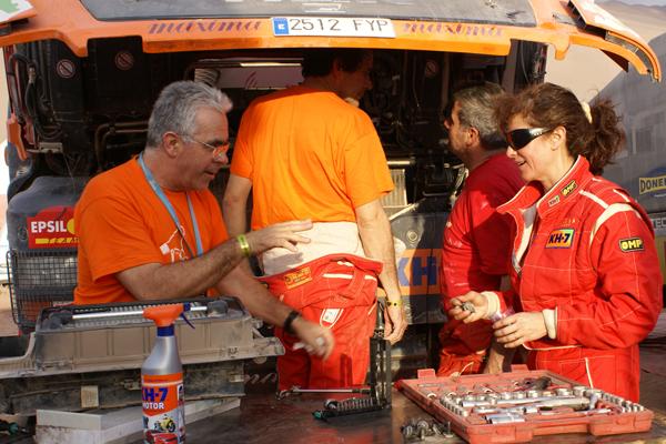 En el Dakar las averías son constantes y toca a todos apechugar, Fina es una más en las labores de mantenimiento y puesta a punto del camión