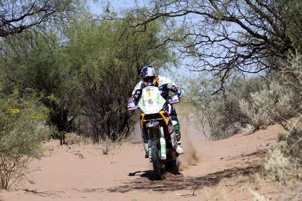 Marc Coma, en vez de retirarse tras la dura penalización, sigue ganando etapas y plantándole cara al desierto y a alguien más
