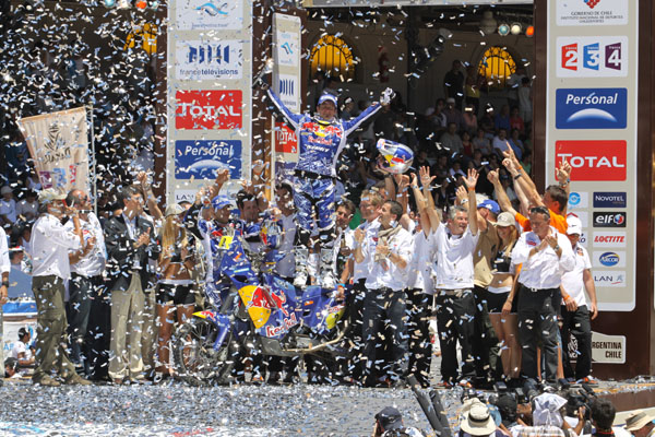 El piloto de KTM celebró por todo lo alto su tercer triunfo en el Rally Dakar