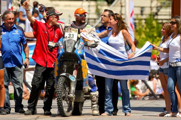 Junto a su gente, de esta forma celebró su podio el piloto sudamericano