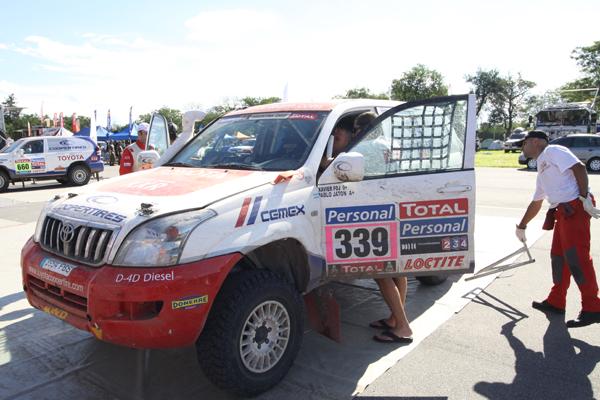 Xavi Foj comenta con sus mecánicos los porblemas sufridos (Foto: Pep Cifre)