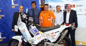 Pedro Peñate acompañado por sus patrocinadores