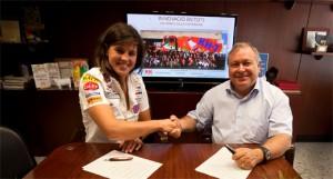 Laia Sanz y Josep Mª LLoerda sellando el acuerdo