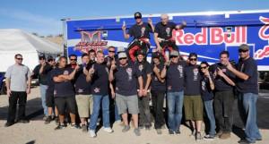Bryce Menzies y su equipo celebran la victoria en la Baja 500